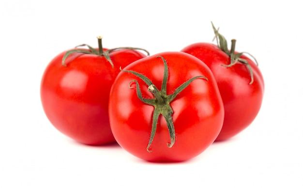 Tomate isoliert auf weißem raum. mit beschneidungspfad.