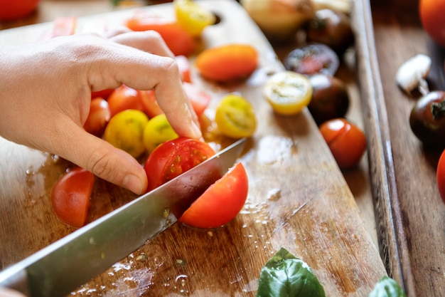Tomaten auf einem schneidebrett hacken