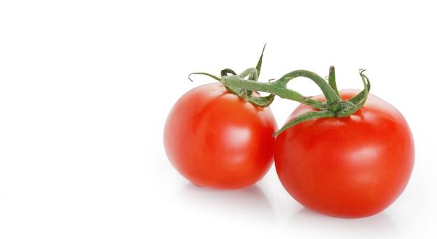 Tomaten auf einer weißen oberfläche