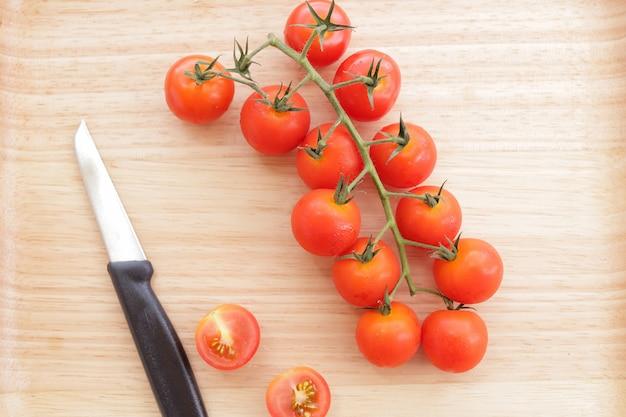 Tomaten auf hackklotz mit messer