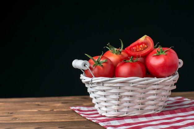 Tomaten auf hölzernem hintergrund