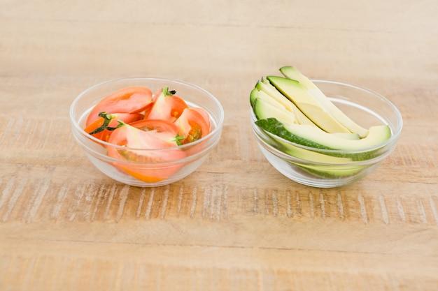 Tomaten-avocado-scheiben in der schüssel