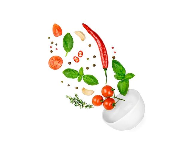 Tomaten, basilikum, gewürze, chili-pfeffer, knoblauch frischer thymian fliegen.