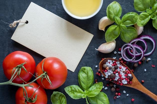 Tomaten-basilikum-knoblauch und gewürze auf einer steintabelle