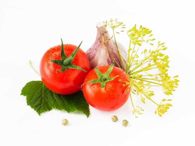 Tomaten, blätter, knoblauchzehe, dill, pfefferkorn isoliert auf weiß