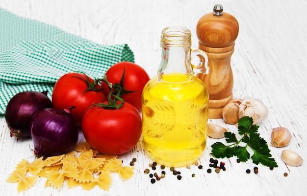 Tomaten, farfalle, knoblauch und olivenöl