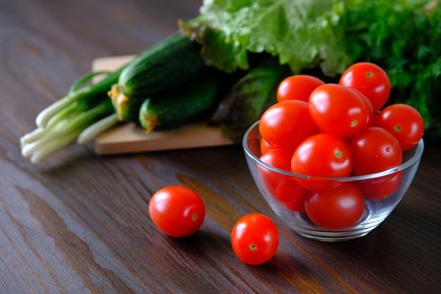 Tomaten, gurken, grüner salat und zwiebeln. hausgemachtes gemüse aus dem garten oder garten.