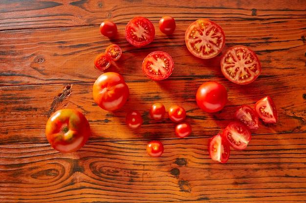 Tomaten in einem roten einfarbigen rustikalen holz
