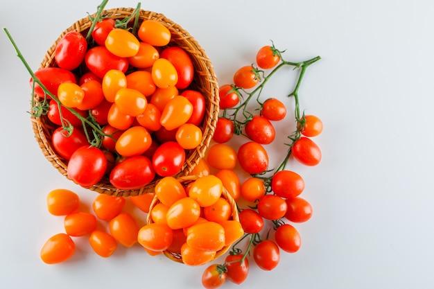 Tomaten in einem weidenkorb. flach liegen.