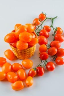 Tomaten in einem weidenkorb. high angle view.