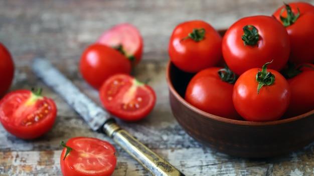 Tomaten in einer schüssel und einem messer