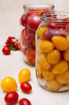 Tomaten in gläsern - vorbereitung zum beizen. hausgemachte konserven