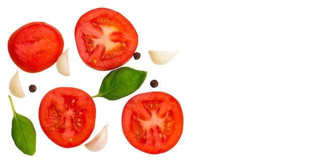 Tomaten, knoblauch und basilikum isoliert auf weißem hintergrund, ansicht von oben.