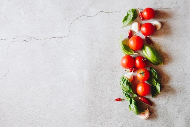 Tomaten, knoblauch und basilikumblätter