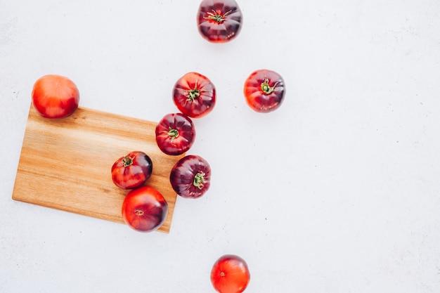 Tomaten mar azul auf weißem holztisch