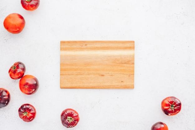 Tomaten mar azul auf weißem holztischhintergrund