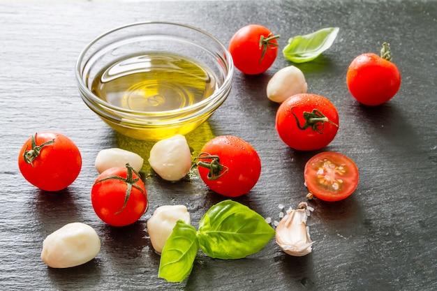 Tomaten-mazzarella, basilikum, olivenöl
