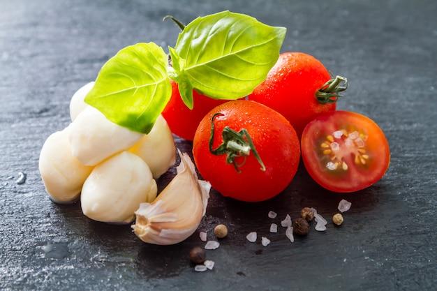Tomaten-mazzarella, basilikum