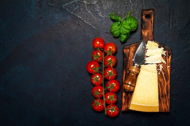 Tomaten mit einem schneidebrett mit käse