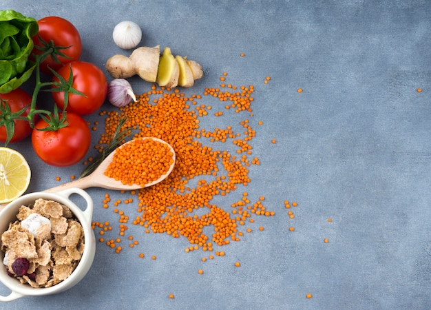 Tomaten mit linse im löffel auf tabelle