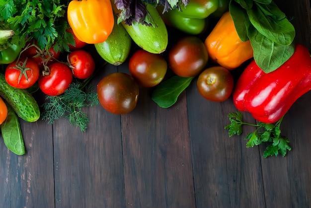 Tomaten, paprika, gurken und kräuter