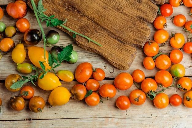 Tomaten sind verschiedene sorten auf einem hölzernen hintergrund