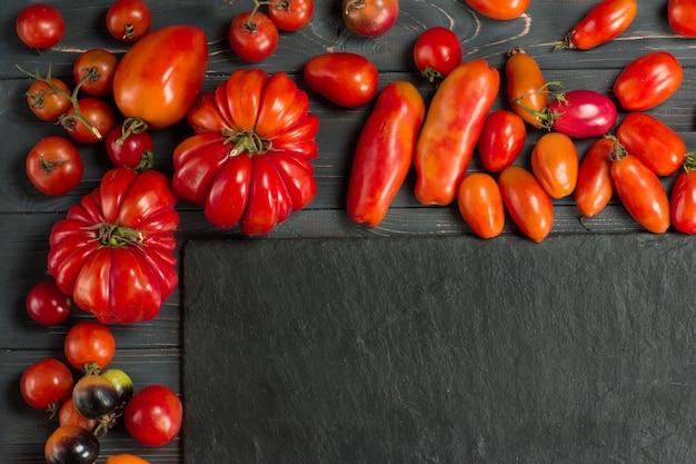 Tomaten sind verschiedene sorten. mischen sie tomatenhintergrund.