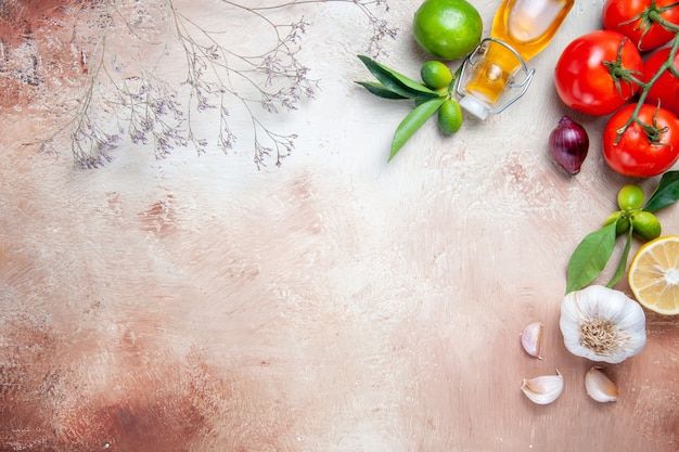 Tomaten tomaten zitronenblätter knoblauch flasche ölbaumzweige
