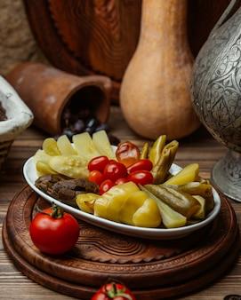 Tomaten und essiggurken in einer platte