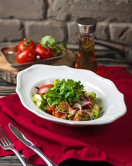 Tomaten- und gurkensalat mit zwiebeln