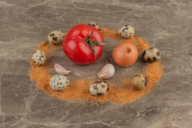 Tomaten, zwiebeln, knoblauch, wachteleier und krümel.