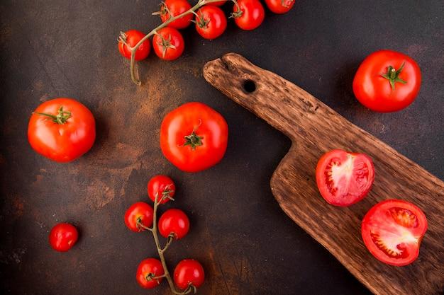 Tomatenanordnung auf dunklem hintergrund