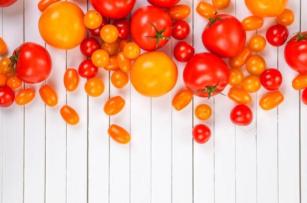 Tomatenernte auf holztisch