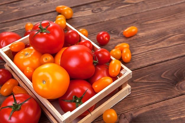Tomatenernte auf holztischhintergrund