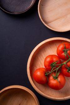Tomatengemüse auf hölzernem teller nah oben, draufsicht