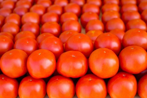 Tomatengemüse in einer reihe auf dem markt gestapelt