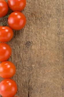 Tomatengemüselebensmittel auf holztisch