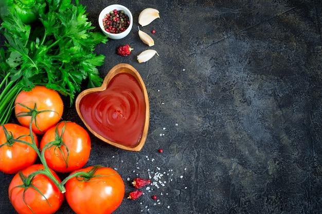 Tomatenketchupsoße mit gewürzen und kräutern in der hölzernen schüssel