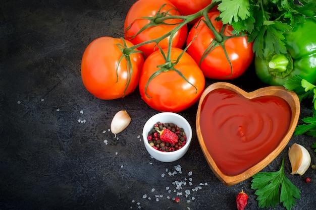 Tomatenketchupsoße mit knoblauch, gewürzen und kräutern