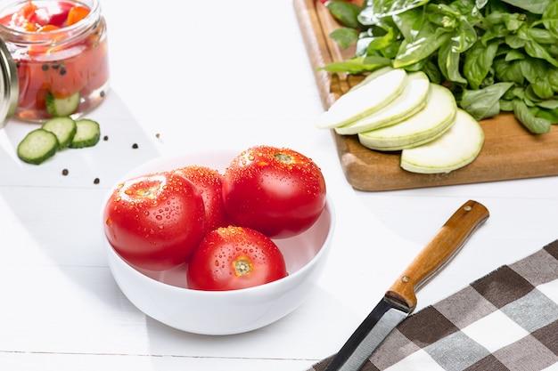 Tomatenkonserven und frische tomaten
