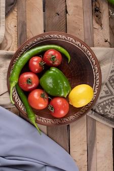 Tomatenplatte mit pfeffer und zitrone. draufsicht