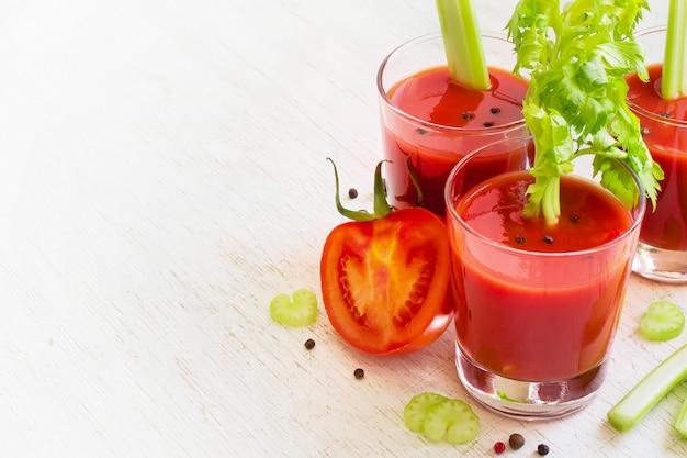 Tomatensaft im glas mit sellerie