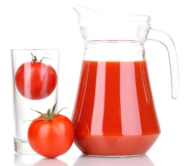 Tomatensaft im krug lokalisiert auf weiß