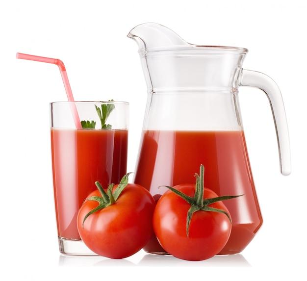 Tomatensaft in einem glas und einer karaffe