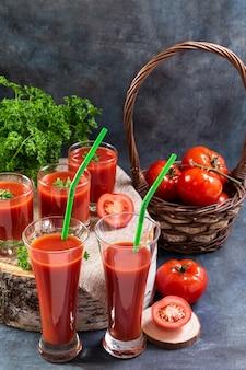 Tomatensaft in gläsern steht auf einem holzstumpf
