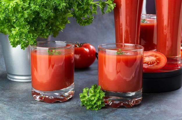 Tomatensaft in gläsern steht auf einem tisch