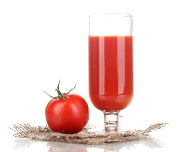 Tomatensaft in glas isoliert auf weißer oberfläche