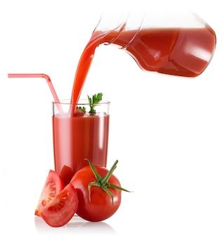 Tomatensaft in glas karaffe und tomate gegossen