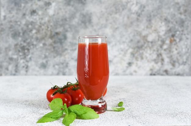 Tomatensaft mit salz und gewürzen.