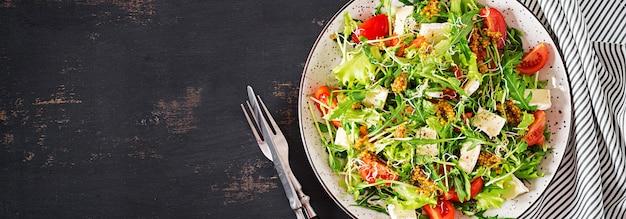 Tomatensalat mit mikrogrün und camembertkäse. banner. draufsicht